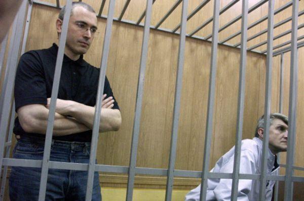 Михаил Ходорковский и Платон Лебедев во время судебных слушаний, 2004 год.