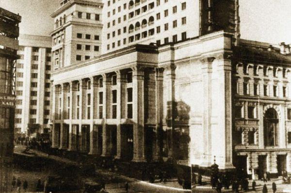 Открытая 20 декабря 1935 года «Москва» стала одной из первых гостиниц, построенных в советской Москве, и играла доминирующую роль в формировании района, непосредственно прилегающего к Кремлю.