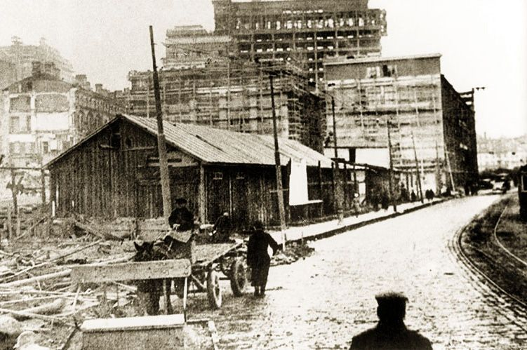 Строительство первого блока гостиницы «Москва», которая изначально должна была стать гостиницей Моссовета, продолжалось с 1933 по 1935 годы.
