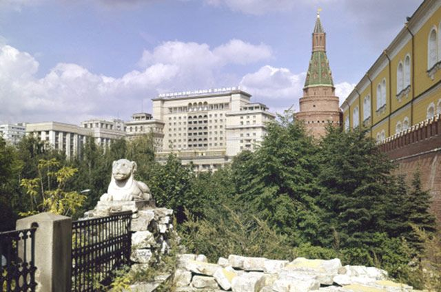 В своей работе архитекторы руководствовались стилем первого корпуса. Вторая очередь была сдана в эксплуатацию в 1977 году, к 60-летию Октябрьской революции.