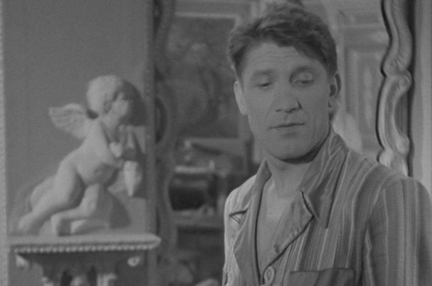 Николай Крючков в 1945 году сыграл главную роль в военном фильме «Небесный тихоход», в котором прозвучала ставшая знаменитой фраза «Первым делом – самолёты!».