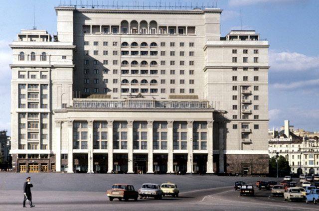 После постройки нового корпуса гостиница заняла целый квартал. Ряду критиков новый корпус не понравился, они утверждали, что общее впечатление от дизайна «Москвы» стало менее ярким.