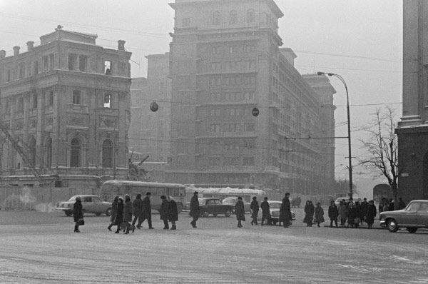Строительство второй очереди гостиницы началось лишь в 1968 году. Для этого потребовалось снести ряд строений, примыкавших к «Москве» с востока, в том числе старую гостиницу «Гранд-отель».