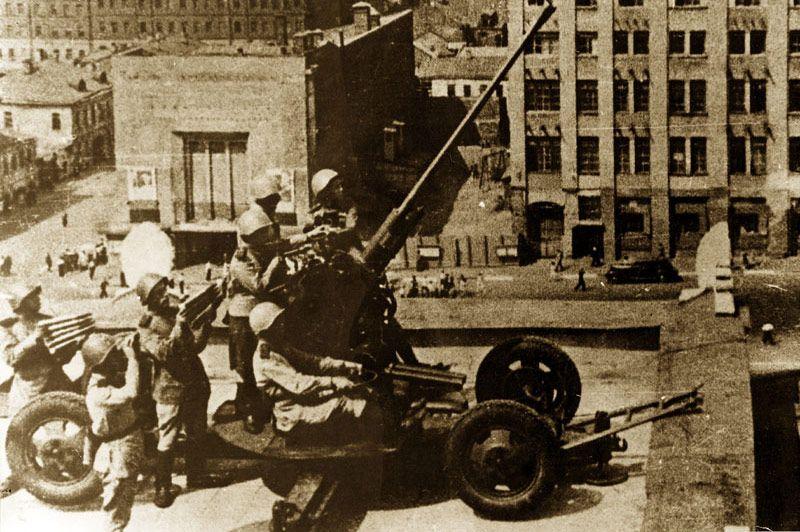 В период Великой Отечественной войны на крыше гостиницы бойцы Красной Армии располагали свои зенитные орудия для защиты города.