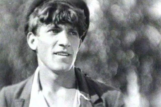 Свою первую роль в кино Крючков сыграл в возрасте 22 лет – ему достался образ сапожника Сеньки в фильме Бориса Барнета «Окраина». Позже эта картина попала в советскую кинопрограмму на венецианском кинофестивале.