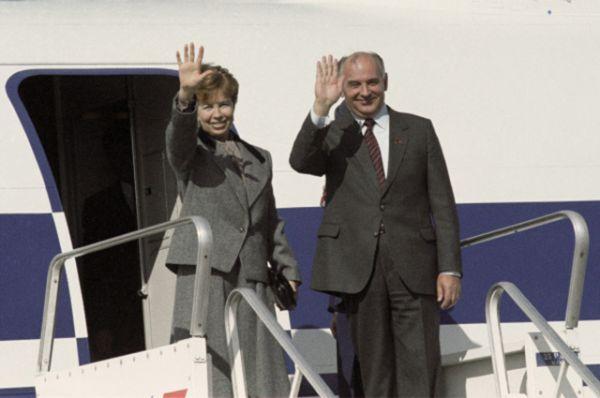 Раиса и Михаил Горбачевы во время официального визита во Францию, 1985 год.