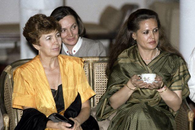 Раиса Горбачева (слева) на приеме в Дели во время официального визита в Индию, 1986 год.