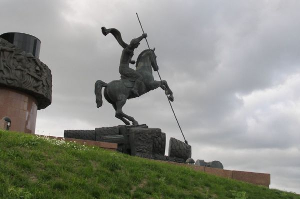 Статуя Георгия Победоносца на Поклонной горе. У подножия Монумента Победы установлена ещё одна работа Зураба Церетели – статуя Георгия Победоносца, одного из важных символов в творчестве скульптора.