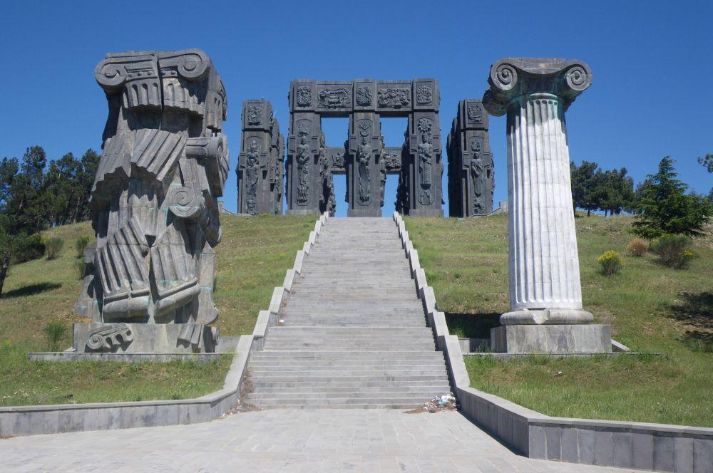 Монумент «История Грузии». Установлен вблизи Тбилисского моря. Композиция состоит из трёх рядов 35-метровых колонн, на которых в виде барельефов изображены грузинские цари и поэты. Работа над ним продолжается.