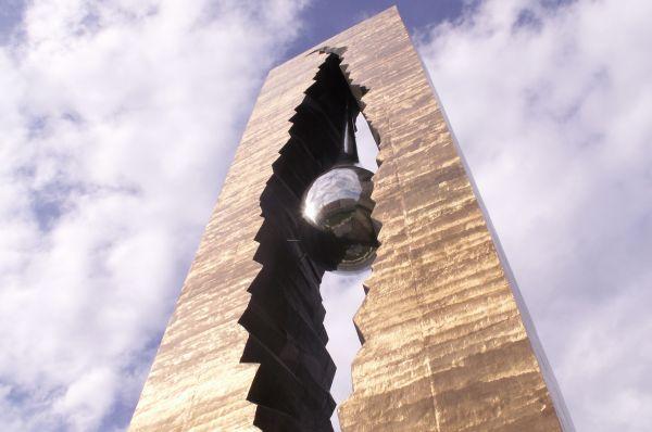 «Слеза скорби». 11 сентября 2006 года в США был открыт памятник «Слеза скорби» - подарок американскому народу в знак памяти жертв 11 сентября. На церемонии открытия присутствовали президент США Билл Клинтон и президент России Владимир Путин.
