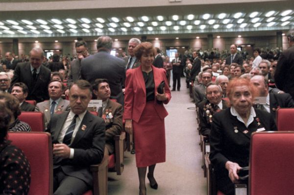 Раиса Горбачева (в центре) перед совместным торжественным заседанием ЦК КПСС, Верховного Совета СССР и Верховного Совета РСФСР в Кремле в 1987 году.