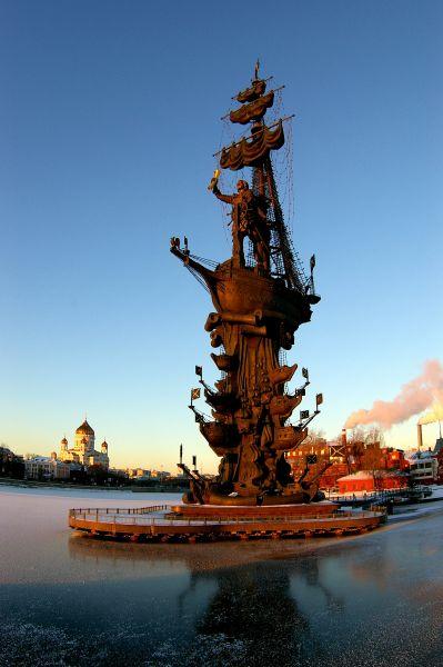 Памятник Петру I. Воздвигнут в 1997 году по заказу Правительства Москвы на искусственном острове в развилке Москвы-реки и Водоотводного канала. Общая высота монумента составляет 98 метров.