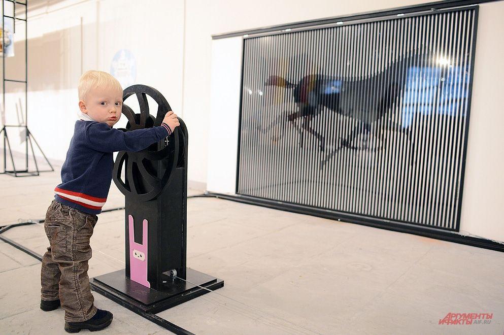 Одним из главных экспонатов выставки является символ года - лошадь, изображение которой в рамках одного из аттракционов приводится в движение рычагом.