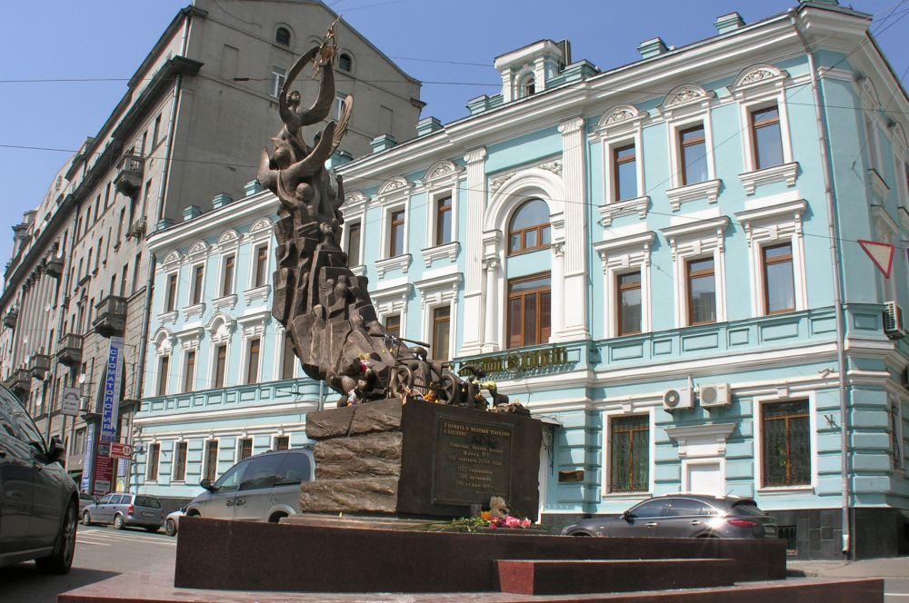 Памятник жертвам трагедии в Беслане. В 2010 году на пересечении улиц Солянка и Подколокольного переулка был установлен монумент в честь погибших во время захвата школы в Беслане в 2004 году.