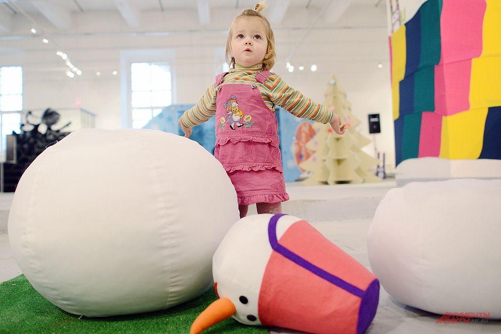 Детям также выделены отдельные зоны, чтобы те могли развлекаться с игрушками и плюшевыми снеговиками.