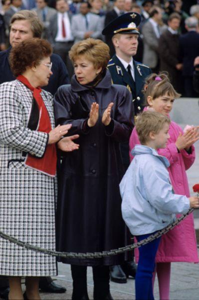 Раиса Горбачева (в центре) на первомайской демонстрации на Красной площади, 1990 год.