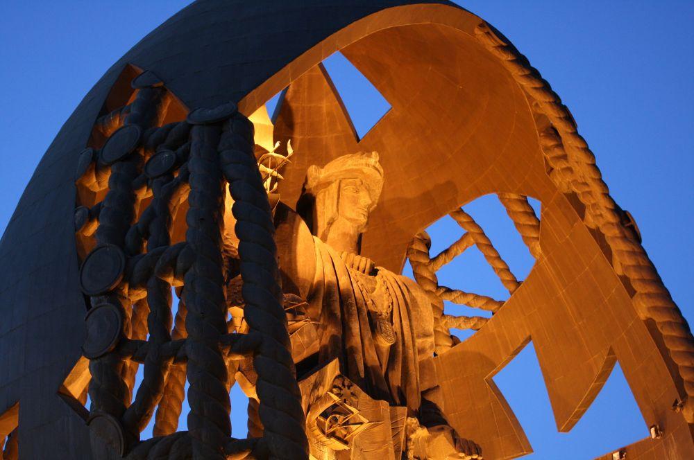 «Рождение нового человека». В том же году в городе Севилья была установлена одна из самых известных в мире работ Церетели – монумент «Рождение нового человека», достигающий в высоту 45 метров. Уменьшенная копия этой скульптуры находится в Париже.