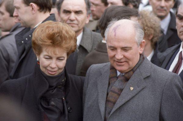 Раиса и Михаил Горбачевы во время дружественного визита в Югославию, 1988 год.