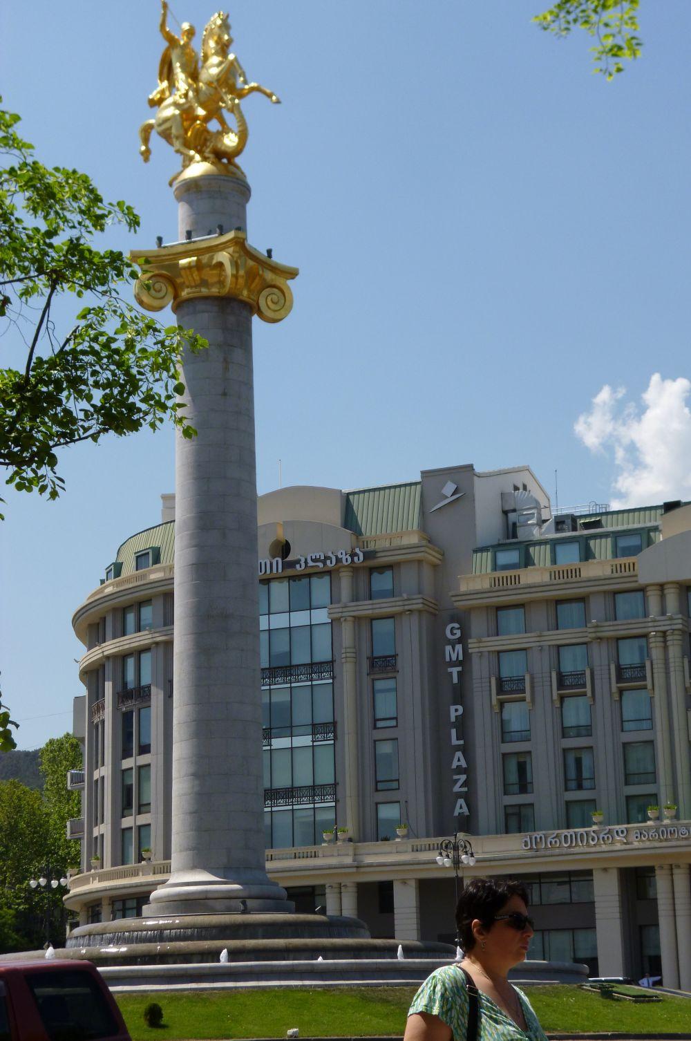 «Святой Георгий Победоносец». Эта скульптура установлена на 30-метровой колонне на площади Свободы в Тбилиси – Святой Георгий является покровителем Грузии. Монумент был открыт в апреле 2006 года.