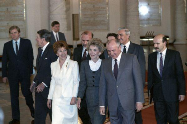 Раиса Горбачева (слева) во время визита президента США Рональда Рейгана, 1988 год.