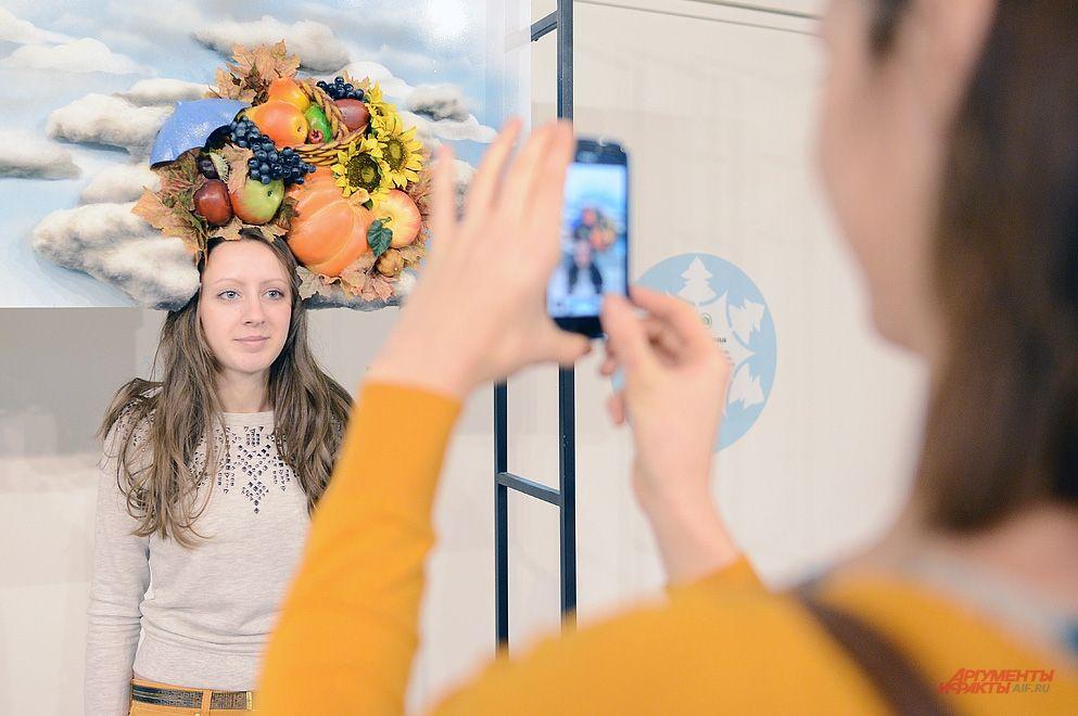 На выставке «Волшебные истории Музея Москвы» работает специальное фотоателье, где можно получить портрет в декорациях с элементами абсурда.