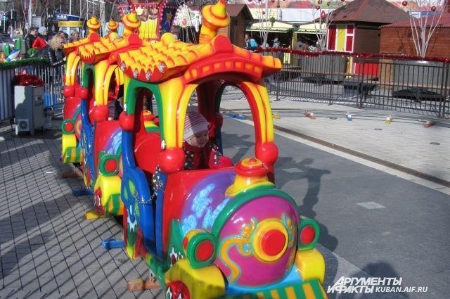 Возле главной ели городаа теперь можно прокатиться на игрушечном поезде.