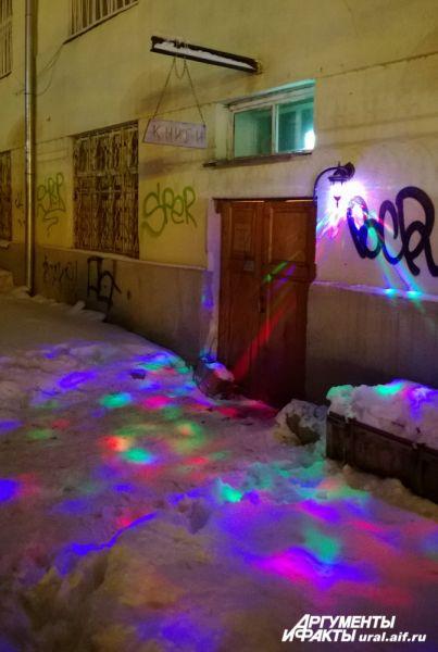 В этом месте снег превратился в белоснежное полотно для разноцветной проекции