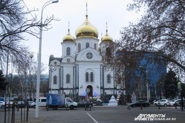 Необычные елки раместили возле краснодарского Собора Святого князя Александра Невского.