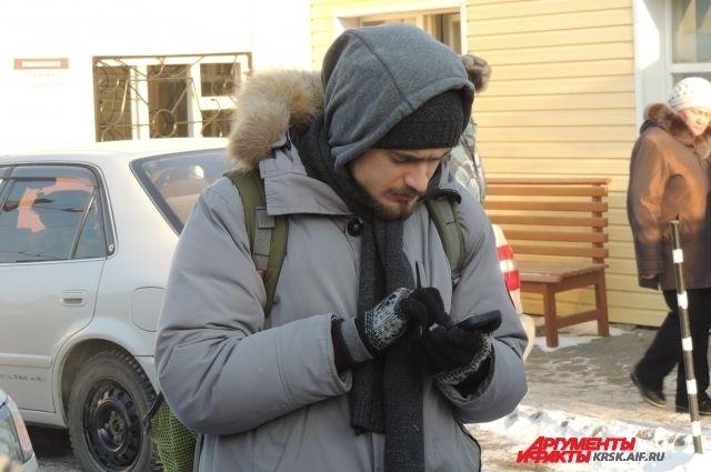 Петр Верзилов в ожидании у здания тюрьмы.