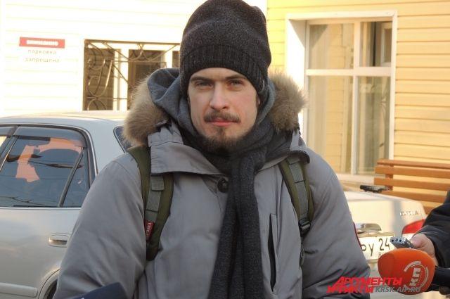 Петр Верзилов в ожидании выхода супруги общается с журналистами.