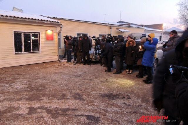 У ворот тюрьмы - целая очередь желающих встретить Надежду Толоконникову из ворот тюрьмы.