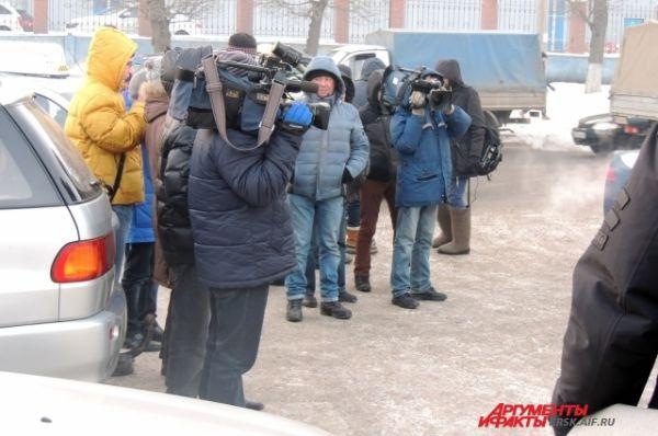 Замерзшие журналисты замерли в ожидании.