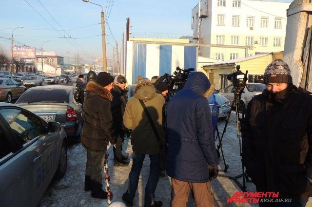 Журналисты четвертый день толпятся у ворот Красноярской туберкулезной больницы №1 ГУФСИН.