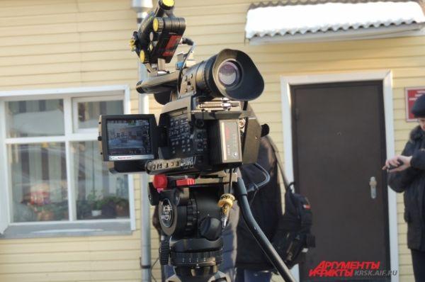 Здание КТБ-1 окружили телекамеры.