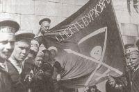 1917 год, революционные матросы Линкора Петропавловск (Балтийский флот) в Гельсингфорсе (ныне Хельсинки) вокруг красного знамени на котором написано «Смерть буржуям!».