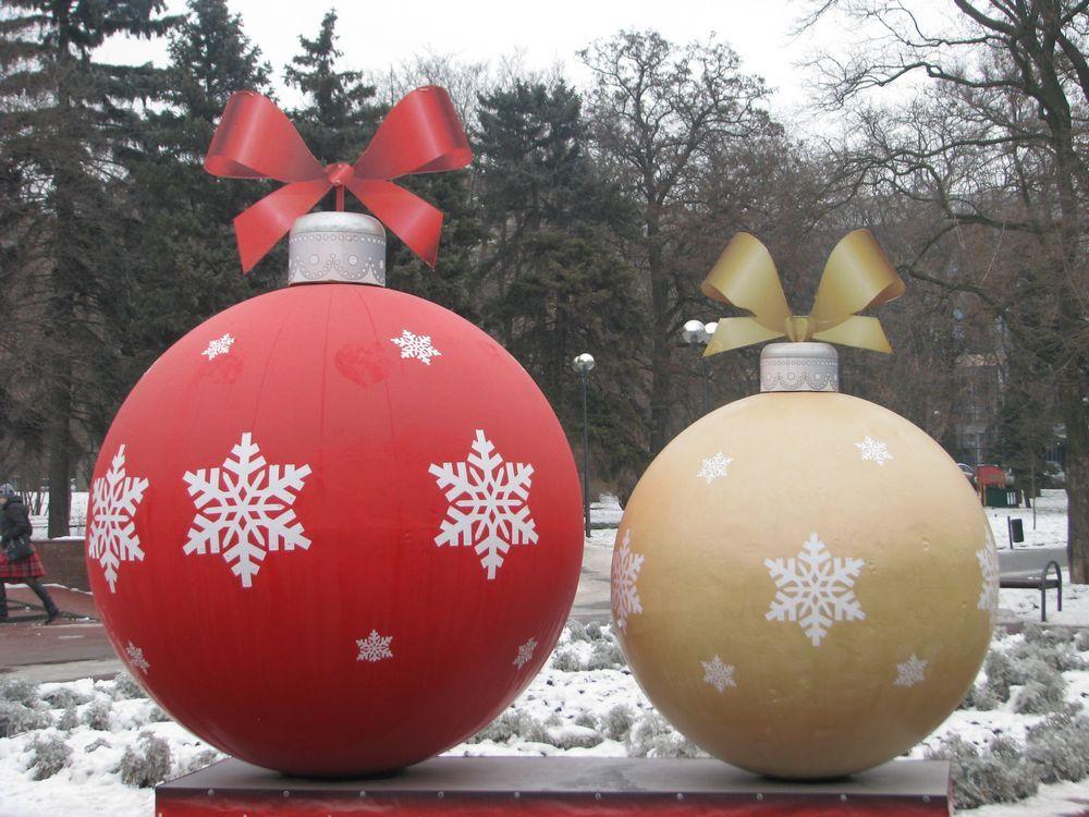 На улице Большой Садовой перед Покровским храмом установили гигантские шары.