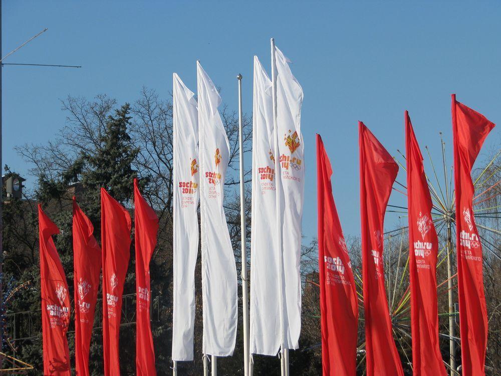 Помимо Нового года Ростов готовится ещё и к встрече олимпийского огня. Сотни флагов и плакатов украсили город.