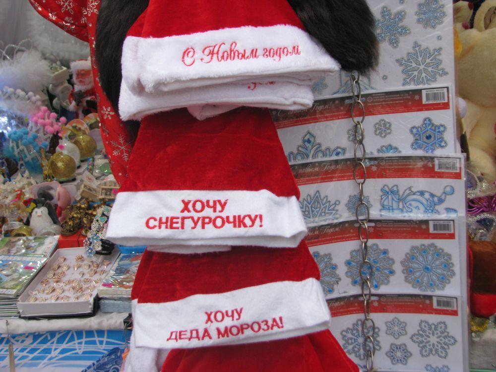 Рядом с ёлкой начал свою работу новогодний базар.
