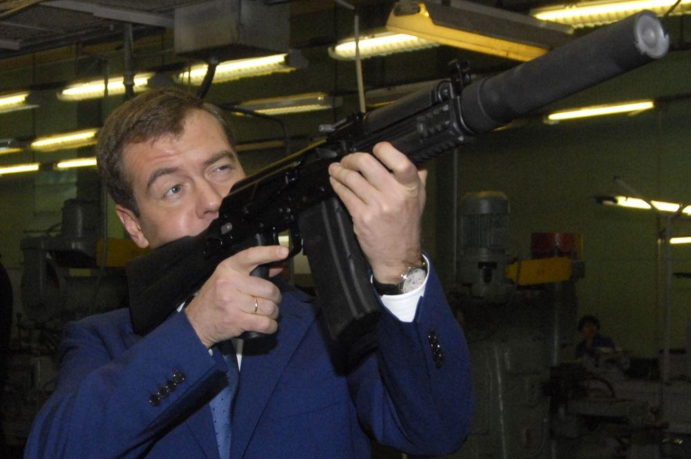 На данный момент автомат Калашникова вместе с модификациями является самым распространённым стрелковым оружием в мире. По некоторым подсчётам, около 20% всего стрелкового оружия на планете сделано на основе механизма Калашникова.