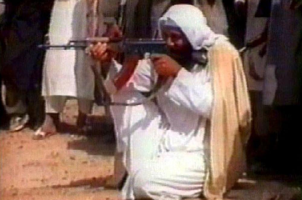 Аавтомат Калашникова является чуть ли не основным оружием боевиков «Аль-Каиды». Усама бен Ладен в тренировочном лагере в Абботабаде, Пакистан. Снято 2 апреля 2008 года.