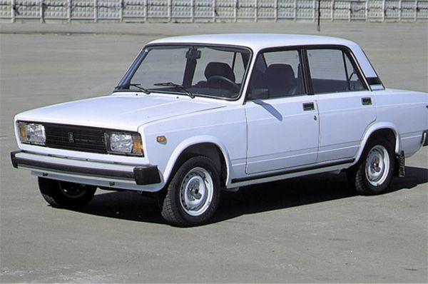 Тремя годами позже «АвтоВАЗ» выпустил ещё одну версию своего флагманского седана - ВАЗ-2105. Машина была проще и крепче предшественницы, а потому была дешевле.