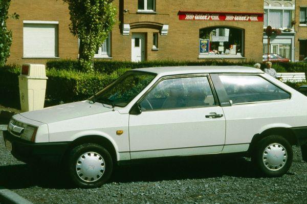 Двумя годами позже Волжский автозавод запустил в массовое производство свой первый самостоятельно разработанный легковой автомобиль – «Лада Самара». Хэтчбек выпускался в трёхдверной и пятидверной комплектациях вплоть до декабря этого года.