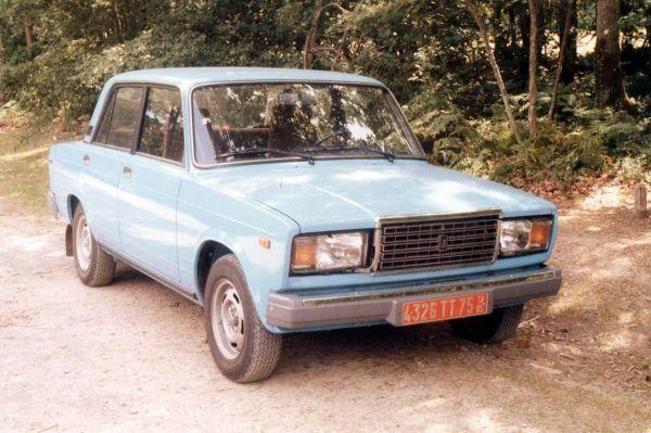 В 1982 году в серийное производство был запущен ВАЗ-2107, последний «классический» седан завода. «Семёрка» фактически была модифицированной люкс-версией ВАЗ-2105.
