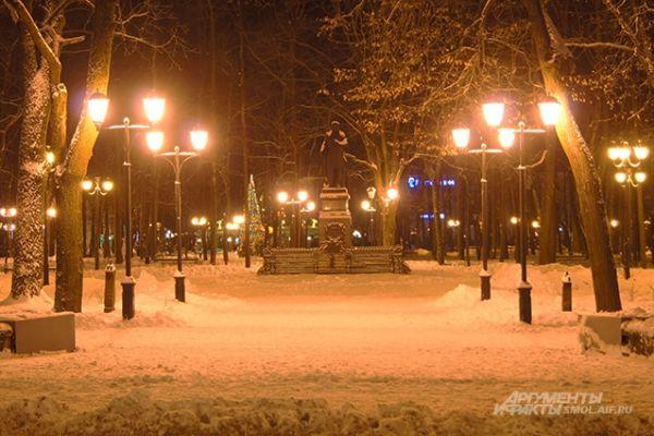 Памятник Глинке в свете фонарей