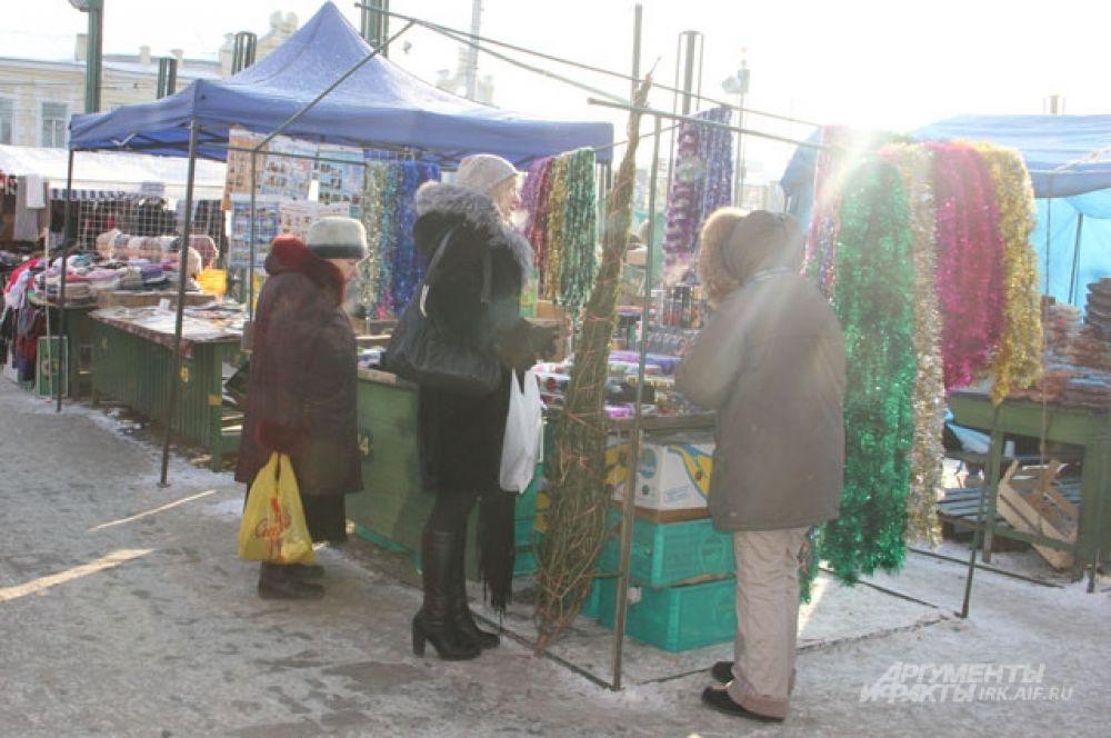 На базаре, кроме живой ели, можно купить еще много разных вещиц к Новому году.