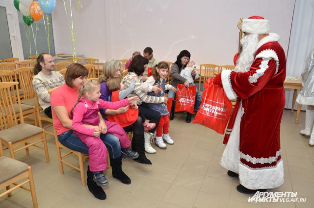 Малыши слушают прибаутки Деда Мороза