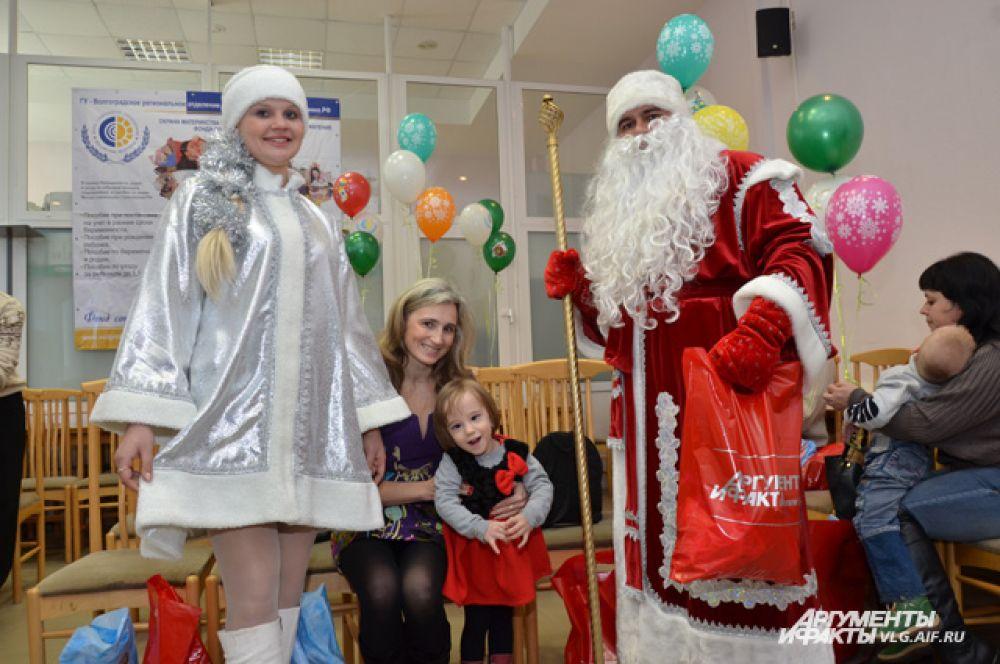 Дед Мороз и Снегурочка пришли в гости к детям