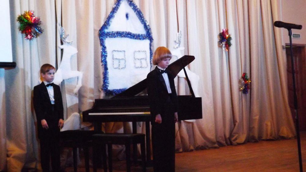 На фортепиано сыграли в четыре руки