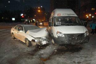 Маршрутная «Газель» с тремя пассажирами попала в ДТП в Новосибирске