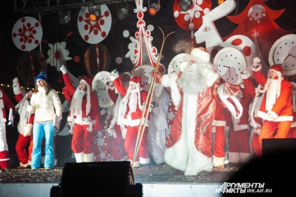 В 18.00 на сцене появился Дед Мороз.